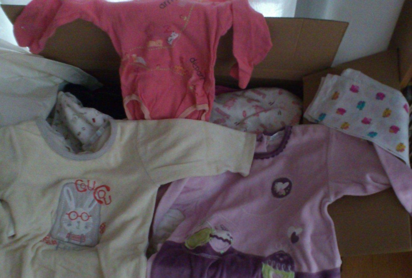 Le colis de Johanna, plein de vêtements pour petites filles