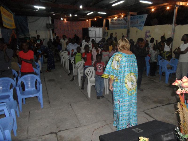 prière avec enfants orphelins et démunis