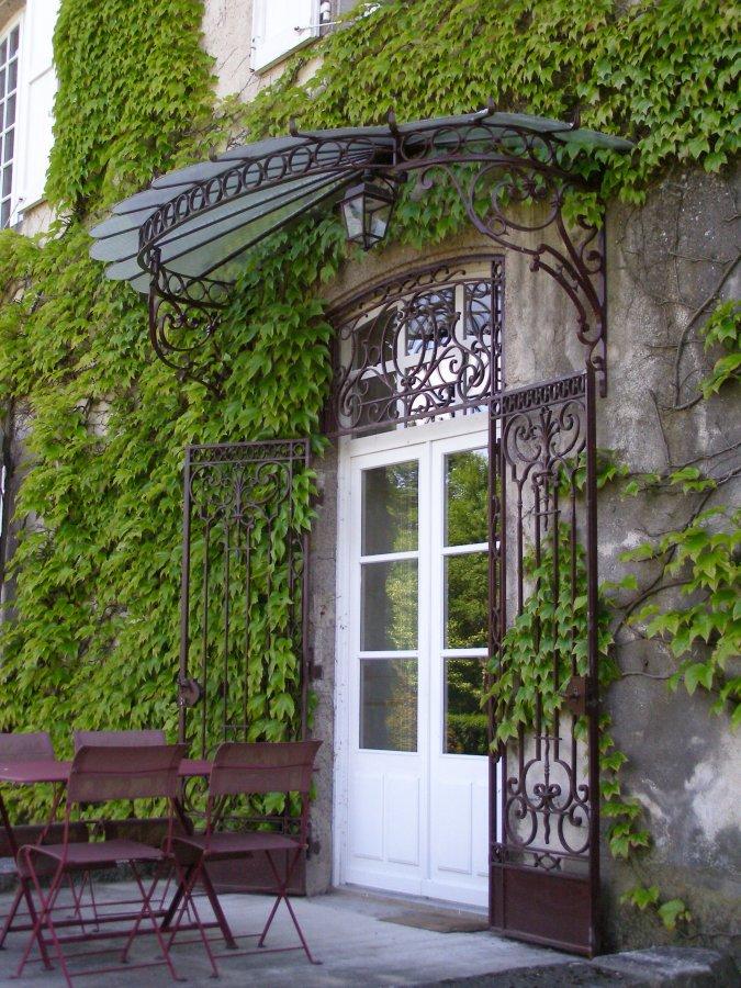 Marquise et grille de porte double fer forgé