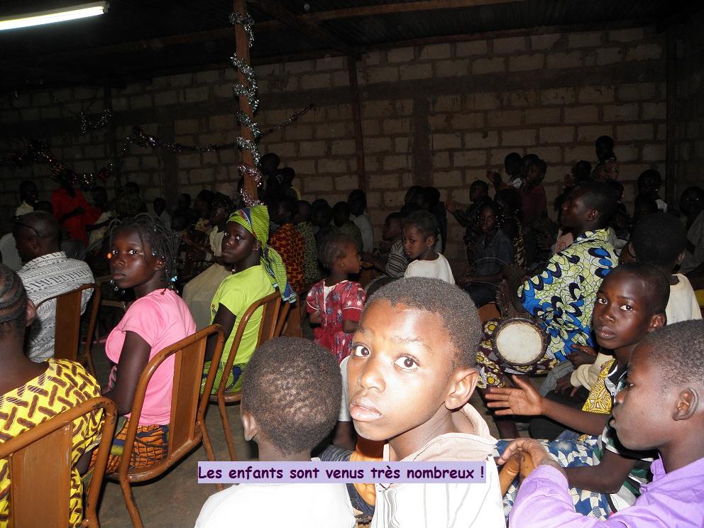 l'église remplie d'enfants orphelins abandonnés ou démunis
