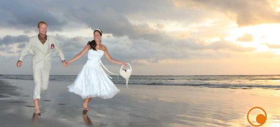 jeunes maries sur une plage a bali - credits flickr Alim Boeana - CC BY 2.0